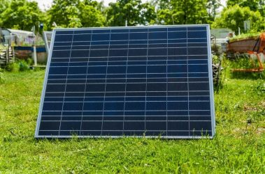 Cómo instalar placas solares en mi jardín y qué beneficios hay